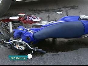 Motociclista morre em acidente com micro-ônibus em Pinheiros - Um micro-ônibus, uma moto e um carro bateram na avenida Pedroso de Morais, Zona Oeste de São Paulo. Três das quatro faixas no sentido bairro foram bloqueadas, perto da rua Natingui. Uma pessoa morreu e outra ficou ferida.