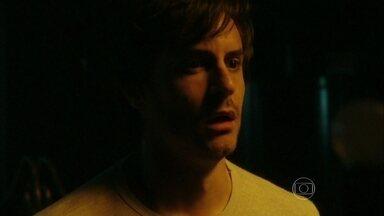 Thales fica amedrontado na mansão de Nicole - Ele parece arrependido de seu plano