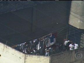Cinquenta e quatro adolescentes fogem de unidade para menores infratores em SP - Os adolescentes pularam um muro de seis metros de altura e escaparam pelo mato. Foi a maior fuga nos últimos cinco anos.