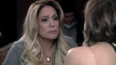 Pilar desconfia do interesse de César por Jonathan - Ela pergunta se Edith pensou na proposta para reatar seu casamento com Félix
