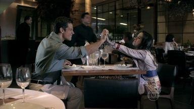 Ignácio leva Valdirene a um restaurante chique - O milionário se diverte com o comportamento da periguete