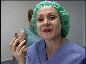 Relembre Zezé Polessa em Garotas do Programa (2000) - Personagem quis passar batom antes de entrar na sala de cirurgia