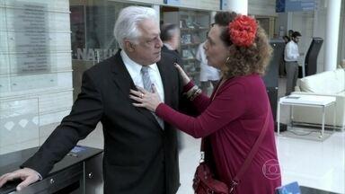 César evita falar sobre o passado com Márcia - Ela tenta conversar com o médico, mas ele disfarça