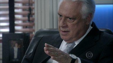 César diz que Atílio pode ser preso - Atílio afirma para o amigo que se apaixonou por Márcia. César evita falar sobre os contratos assinados por Félix