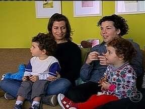 Casal de mães tem gêmeos e as duas amamentam as crianças - Em São Paulo, Paula vive com Mariana, que teve um casal de gêmeos. Ela também amamentou as crianças. Apesar de um início complicado, essa família com duas mães vive muito bem.