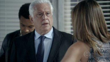 César chega à casa de Paloma - Pilar questiona sua demora. Bruno tenta tranquilizar Paloma