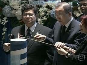 ONU presta homenagem aos dez anos da morte do brasileiro Sérgio Vieira de Mello - Na cerimônia desta segunda-feira (19), com a presença de parentes das vítimas do atentado ocorrido em Bagdá, o secretário-geral da ONU, Ban Ki-Moon, depoisitou flores e acendeu uma vela em memória dos mortos.