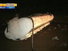 Caminhão que transportava combustível tomba na BR-116 próximo a Pelotas, RS - 15 mil litros de gasolina e óleo diesel vazaram às margens da rodovia.