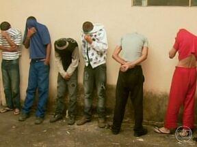 Polícia prende 4 e apreende 2 suspeitos de participar de espancamento e morte de homem - Crime foi no Centro de Poços de Cladas, na Região Sul de Minas Gerais.