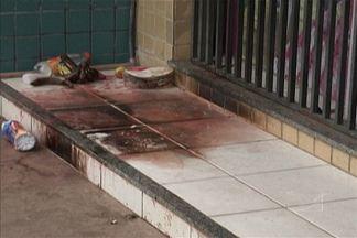 Flanelinha foi queimado ontem (19), enquanto dormia em uma calçada, no bairro do Cohatrac - Um flanelinha foi queimado ontem (19), enquanto dormia em uma calçada, no bairro do Cohatrac. A população foi quem socorreu, jogando água no corpo da vítima para apagar o fogo.