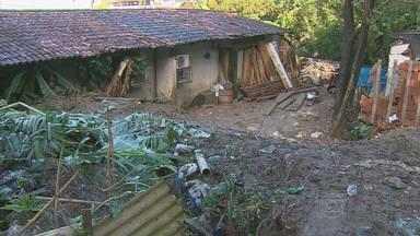 Cehab vai pagar auxílio moradia para famílias desabrigadas do Jordão - Três casas foram destruídas e doze estão interditadas.