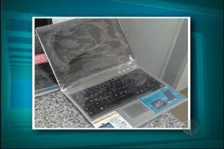 Homens são presos tentando vender computadores falsos em Mogi das Cruzes - Dois homens foram presos tentando vender computadores falsos em Mogi das Cruzes. Eles ofereciam notebooks de plástico para as vítimas.