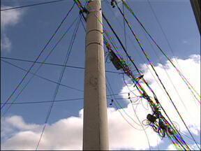 Fios da rede elétrica provocam acidentes em Sorocaba e Jundiaí - Os fios da rede elétrica expostos nas ruas do Jardim Tulipas, em Jundiaí, está provocando acidentes na cidade. De acordo com os moradores, o problema começou após a troca dos postes do bairro. Em Sorocaba, os moradores também convivem com o problema.