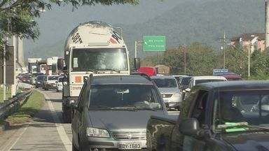 Rodovias da Baixada Santista enfrentaram quilômetros de congestionamento - Fila de veículos continuam nas rodovias