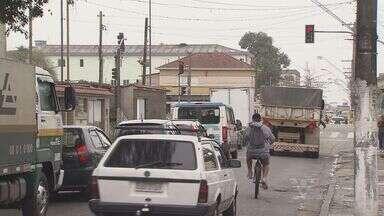 Moradores de São Vicente dizem que assaltos aumentaram com interdições de ruas da cidade - Rua Mascarenhas de Moraes está recebendo mais carros com interdições de obras