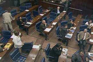 Confusão na manhã de hoje na Assembleia Legislativa da Paraíba - Os deputados da situação queriam votar vetos aos projetos do governo sem debater.