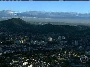Veja a previsão do tempo para esta quarta-feira (21) no Rio - A madrugada foi de céu parcialmente nublado no Grande Rio. E choveu novamente no norte do estado. Nesta quarta-feira (21), o vento úmido vindo do oceano favorece pancadas de chuva na Região dos Lagos e no norte fluminense.
