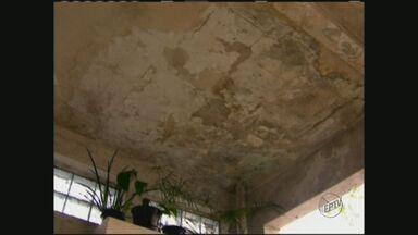 Confira dicas para se livrar de problemas de excesso de umidade - É possível notar problemas de umidade com bolhas na parede.