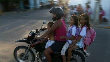 Neste ano, seis mil motociclistas foram multados por levarem passageiros sem capacete - Situação se agrava quando os passageiros são crianças.