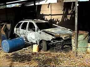Bombeiros registram dois incêndios no mesmo bairro em Patos de Minas - Um carro e uma loja pegaram fogo em meia hora no Bairro Lagoa Grande. Nos dois casos, a suspeita é que o incêndio seja criminoso.