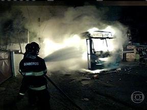 Protesto pelo passe livre acaba em vandalismo no Recife (PE) - Um ônibus foi queimado e sete trens do metrô foram depredados. Os vândalos também queimaram o lixo e deram chutes em um bicicletário.