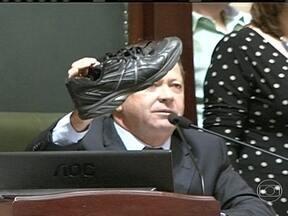 Audiência da CPI dos ônibus é marcada por protestos no Rio de Janeiro - Um sapato foi jogado contra um dos políticos. Manifestantes pedem mudanças na CPI e exigem a saída do presidente e do relator.