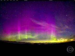 Astrônomo amador registra fenômenos naturais no céu da Escócia - Ele captou o momento da aurora boreal, um choque de partículas de vento solar com o campo magnético da terra, que deixa o céu colorido. A aurora boreal se misturou com as nuvens noctilucentes, cristais de gelo iluminados pelo sol.