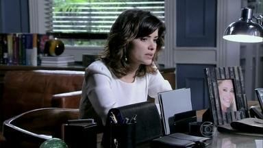 Aline diz a César que talvez ele fosse mais feliz se começasse do zero - Os dois conversam sobre a suspensão de Félix, quando o marido de Pilar garante que tem que defender sua família do jeito que ela é