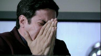 Félix chora por ser obrigado a sair do hospital - Cesar suspende o filho da função de diretor do San Magno