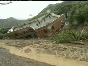 Tempestade causa deslizamentos de terra em Taiwan - A estrutura de uma casa não aguentou e veio abaixo. Duas mulheres que estavam dentro conseguiram sair. Em outro acidente, o motorista de um carro estava gravando e aconteceu o deslizamento.