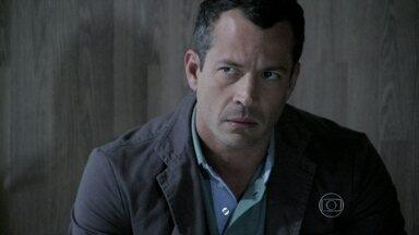 Bruno conta para César que ficou noivo de Paloma - Rafael consegue agilizar a distribuição do processo e Bruno teme que a médica seja condenada