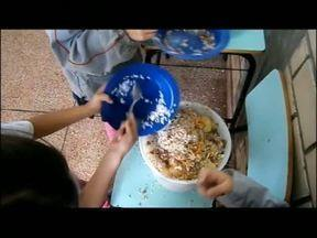 Escola filma comida sendo jogada no lixo - Veja como professores, alunos e a direção conseguiram diminuir a quantidade de merenda desperdiçada. Ao meio-dia, no Paraná TV.