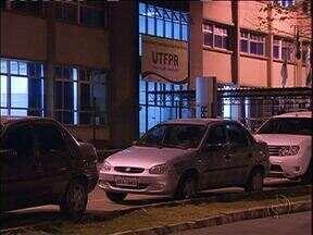 Assaltos assustam estudantes do campus Ecoville da UTFPR - Com o estacionamento em obras, muitos alunos têm que deixar os carros na rua