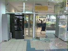 Polícia procura bandidos que assaltaram banco em Querência do Norte - Assaltantes invadiram agência e fizeram clientes e funcionários reféns.