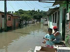 Em 24 horas, chove em João Pessoa o dobro do previsto para o mês - Pelo menos duas mil pessoas estão desabrigadas, mais da metade em um bairro que fica às margens do Rio Jaguaribe. O corpo de bombeiros usou botes para resgatar os moradores.