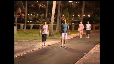 Moradores de Vitória reclamam de buracos e falta de iluminação em calçada da Beira Mar - Avenida é muito usada por aqueles que querem praticar atividades físicas.