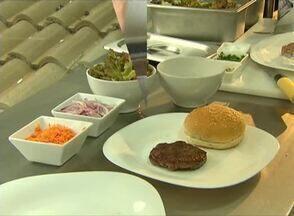 Receita de hambúrguer agrada até crianças sem apetite - Criação é do chef Leonardo Amaral e vale por uma refeição completa.
