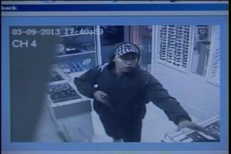 Assaltante invade joalheria e ação é registrada pelas câmeras - Ele usa um revólver e não se preocupa em proteger o rosto