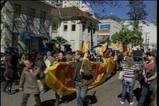 Professores voltam a protestar por melhores condições de salário - Movimentação reuniu a classe na Avenida Brasil em Passo Fundo