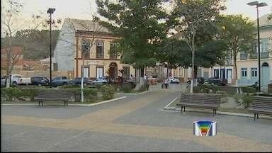 Justiça afasta prefeito de São Luiz do Paraitinga (SP) do cargo - Alex Torres (PR) está sendo investigado pela Promotoria e pela Câmara, por favorecer empresas de ônibus para o transporte escolar do município. A contratação foi feita sem licitação.