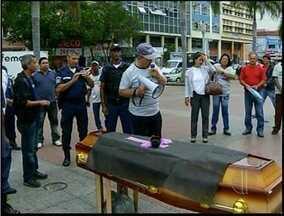 Guardas Municipais de Campos, RJ, pedem acerto de contas à prefeitura - Guardas fizeram uma manifestação na Praça São Salvador, no Centro.Trabalhadores pedem pagamento dos Direitos Trabalhistas por demissão.