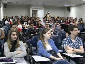 Censo do Ministério da Educação aponta aumento de pessoas em curso superior - Estudo realizado em 2011 mostra mais de 6 milhões de pessoas cursando universidades em todo o país. Administração é o curso mais procurado, com mais de 800 mil alunos.