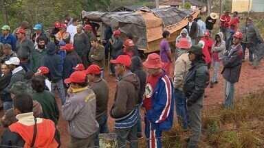 Invasão do MST completa 13h em fazenda de Campanha, MG - Invasão do MST completa 13h em fazenda de Campanha, MG