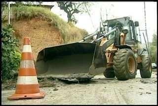 Após deslizamento passagem é liberada em bairro de Petrópolis, RJ - Rua Nossa Senhora da Glória ficou interditada durante a manhã.Uma obra irregular pode ter sido a causa do deslizamento.