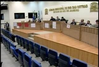 Sessão da câmara de Rio das Ostras, RJ, é interrompida - Presidente da casa disse que só vai negociar com manifestantes depois que eles saírem do local.