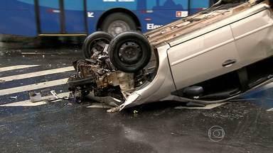 Carro capota e três pessoas ficam feridas em Belo Horizonte - Segundo PM, veículo teria sido fechado por uma motocicleta. Batida foi no bairro Carlos Prates, na Região Noroeste.