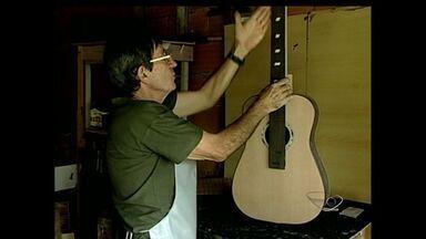 Confira o que faz o luthier, no Noroeste do ES - O Luthier faz o conserto de instrumentos musicais de corda.