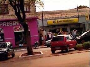 Daqui a pouco no ParanáTV: polícia continua procurando assaltantes de banco no Noroeste - E tem ainda as informações sobre uma operação que envolveu mais de 100 policiais em Paranavaí. Foram feitas prisões e apreensões de armas e drogas.