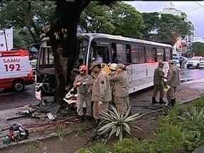 Oito pessoas ficam feridas em acidente com ônibus no Maracanã - Um ônibus da da linha 363, que seguia para a Praça XV, bateu numa árvore na Avenida Maracanã. Segundo testemunhas, o motorista perdeu o controle da direção. Ele ficou preso às ferragens. Os feridos foram hospitalizados.