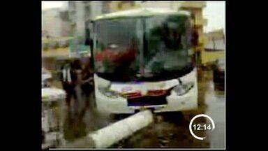 Ônibus bate em poste em Aparecida (SP) - Um ônibus que fazia a linha entre Aparecida e Roseira sofreu um acidente na manhã desta quarta, no centro de Aparecida. O motorista perdeu o controle da direção e bateu em um poste, que caiu na avenida Monumental.